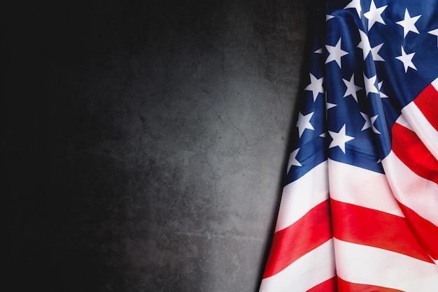 Journée des anciens combattants. honorer tous ceux qui ont servi. drapeau américain sur fond gris avec espace de copie.