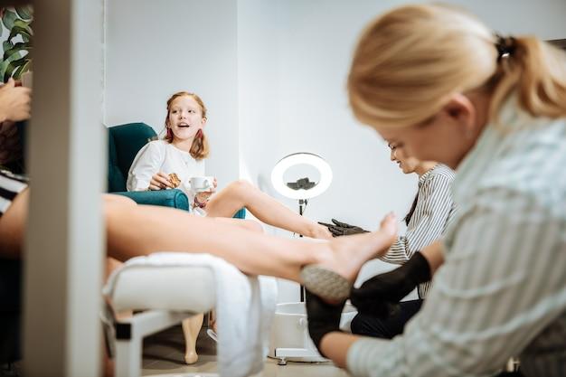 Journée au spa. adolescente se sentant vraiment excitée tout en regardant sa mère tout en profitant d'une journée spa ensemble