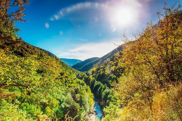 Journée d'automne ensoleillée au pied des collines d'adyguée