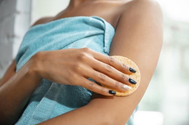 Journée de la beauté. femme faisant sa routine quotidienne de soins de la peau à la maison