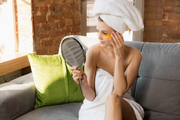 Journée de la beauté femme portant une serviette se préparant à sa routine quotidienne de soins de la peau et des cheveux à la maison