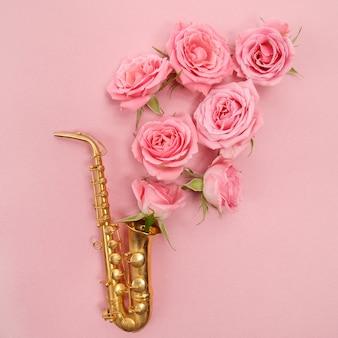 Journée du jazz. saxophone avec des fleurs