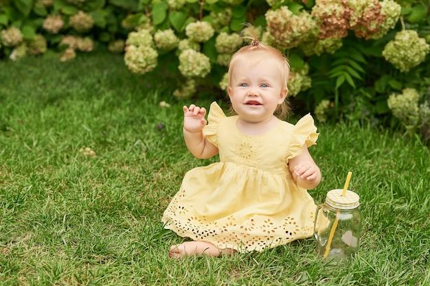 Journée des enfants, enfant fille sur l'herbe verte en été