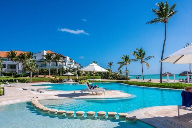 Journée ensoleillée au bord de la piscine dans une station balnéaire des caraïbes