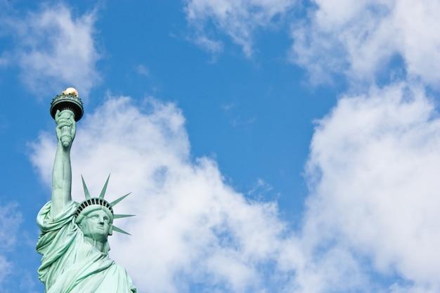 Journée ensoleillée, ciel bleu avec nuages : statue de la liberté avec espace de copie