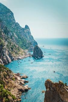 Journée d'été ensoleillée sur la côte rocheuse