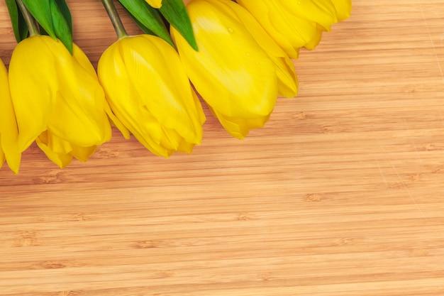 Journée des femmes. bouquet de tulipes sur fond de planches de bois, espace copie, vue de dessus