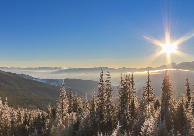 Une journée glaciale et ensoleillée est en montagne