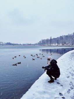 Journée habituelle, marche dans le parc, observation des canards sur l'eau du lac par temps glacial