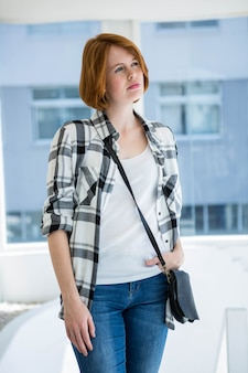 Journée de hipster mode rêvant devant une fenêtre