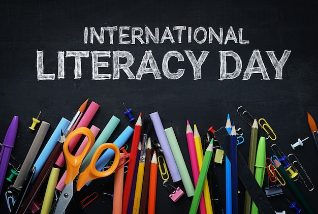 Journée internationale de l'alphabétisation. school stationary on blackboard vue de dessus