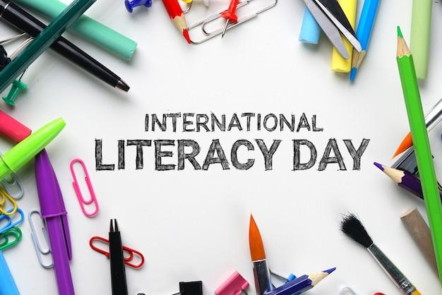 Journée internationale de l'alphabétisation. school stationary top view