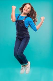 Journée internationale des enfants. petite mode enfant. bonheur d'enfance. petite fille aux cheveux parfaits. petite fille heureuse. beauté et mode. je suis un champion. sauter gratuitement.
