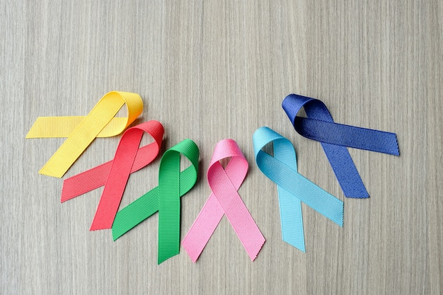 Journée mondiale du cancer (4 février). rubans de sensibilisation colorés