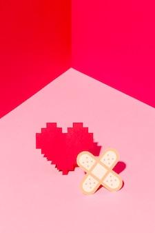 Journée mondiale du cœur en gros plan avec un pansement