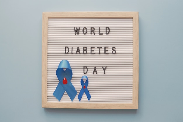 Journée mondiale du diabète avec des rubans bleus sur carton à lettres