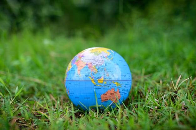 Journée mondiale de l'environnement. aimez le monde. main tenant un globe