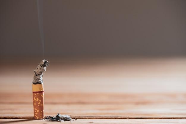 Journée mondiale sans tabac, le 31 mai. stop smoking. gros plan brûler des cigarettes