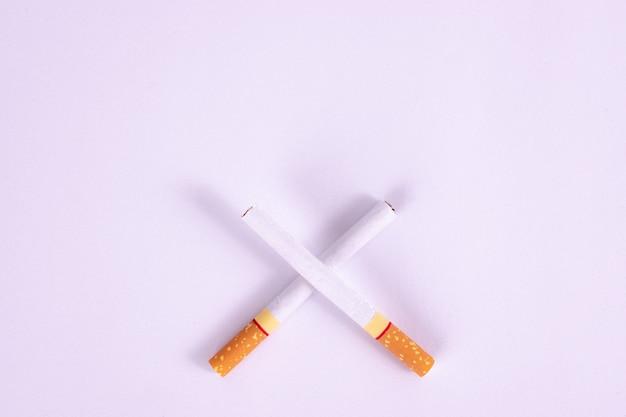 Journée mondiale sans tabac, deux cigarettes croisées, concept de ne pas fumer sur fond blanc.