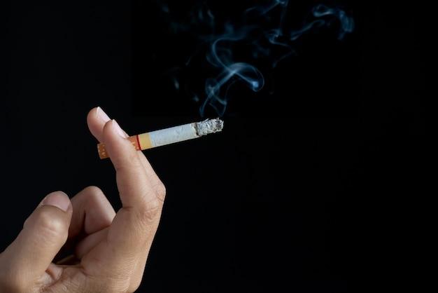 Journée mondiale sans tabac, gros plan main d'homme tenant des cigarettes