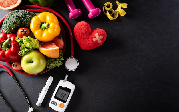 Journée mondiale de la santé et concept médical. vue de dessus des aliments sains en assiette avec stéthoscope