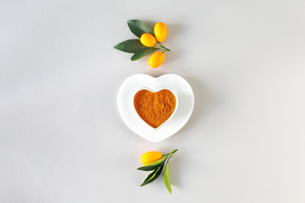 Journée Mondiale De La Santé. Curcuma Dans Une Assiette En Forme De Coeur. Concept D'alimentation Saine, Vue De Dessus. Photo Premium