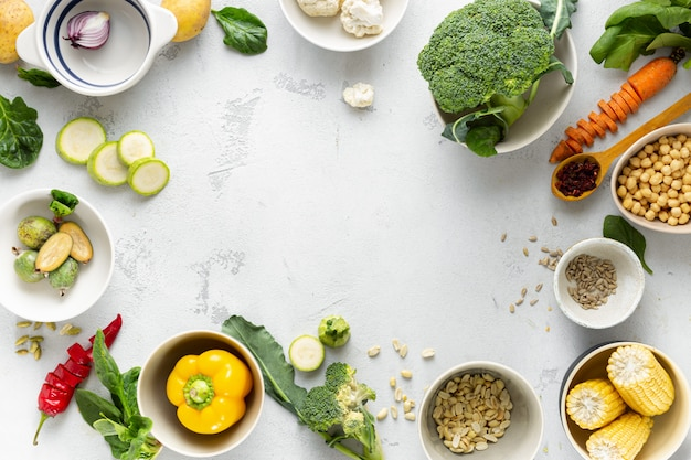 Journée mondiale végétalienne. cadre d'ingrédients végétariens frais pour la cuisson vue aérienne de la plaque végétalienne
