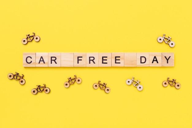 Journée sans voiture sur cubes en bois et petits vélos sur fond jaune