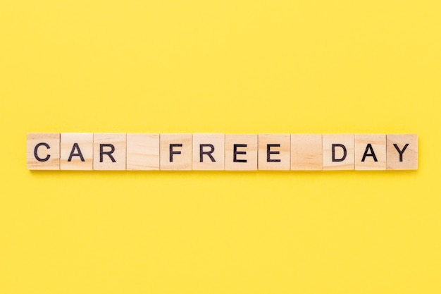 Journée sans voiture écrite sur des cubes en bois sur fond jaune