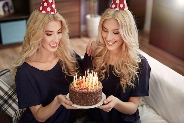 Journée spéciale pour les jumelles blondes