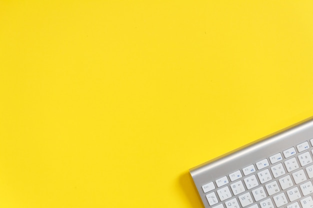 Journée de vente en ligne maquette avec fond de papier jaune