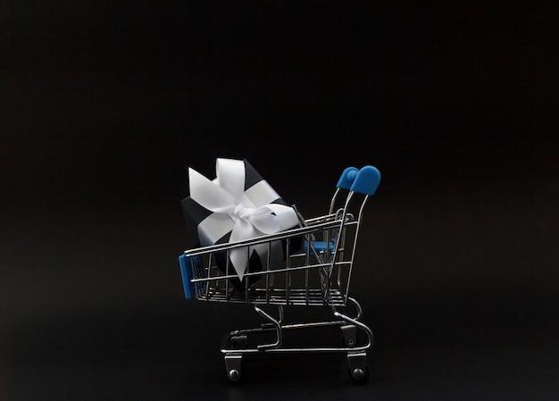 Journée de vente en ligne maquette avec fond de papier noir