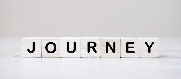 Journey cubes en bois sur table. concept de voyage et de vacances