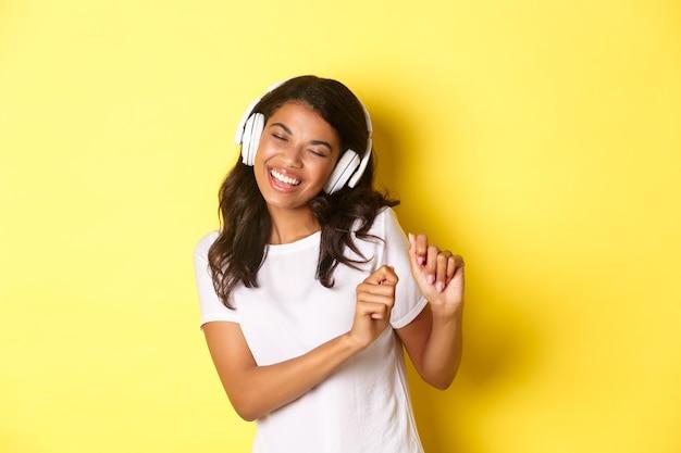 Joyeuse adolescente, écouter de la musique dans les écouteurs