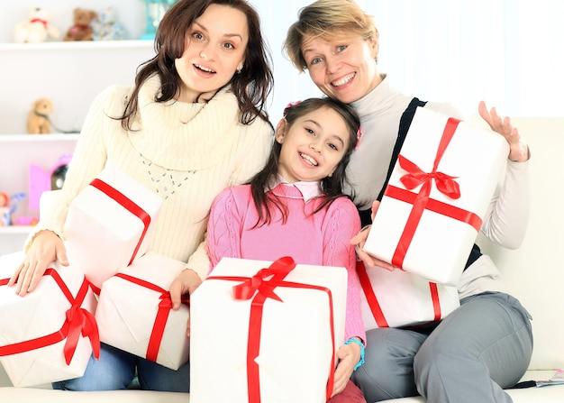 Joyeuse compagnie avec des cadeaux à la maison en souriant
