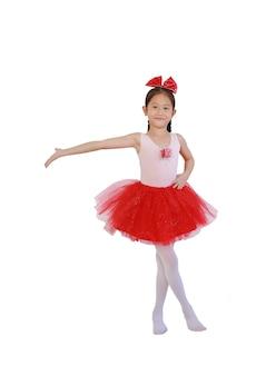 Joyeuse danseuse de ballet asiatique en jupe tutu rose-rouge isolée sur fond blanc avec un tracé de détourage.