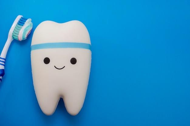 Joyeuse dent souriante sur un bleu