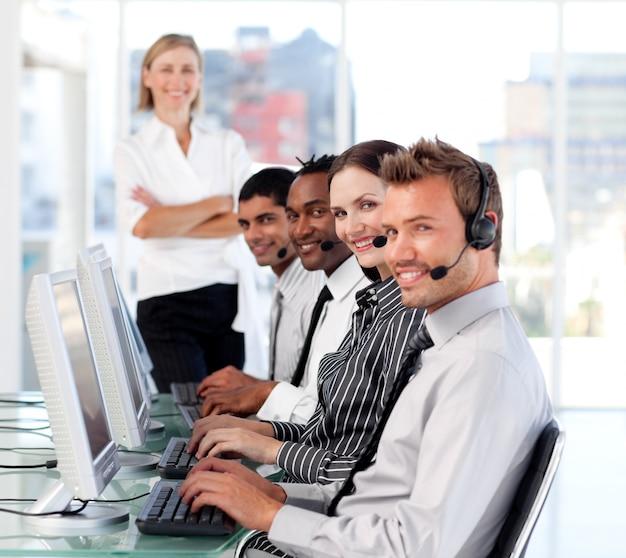 Joyeuse équipe de direction de leader féminin dans un centre d'appel