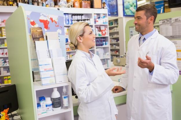 Joyeuse équipe de pharmacien parlant ensemble