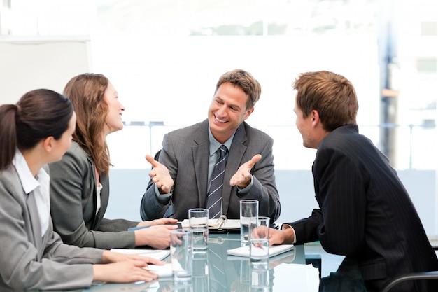 Joyeuse équipe rire ensemble lors d'une réunion