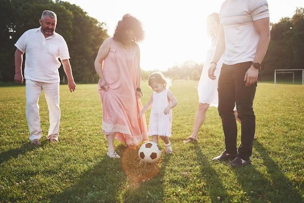 Joyeuse famille active s'amuser à la campagne en journée d'été.