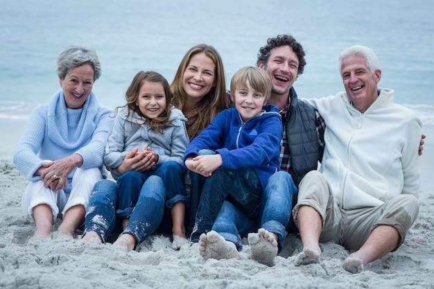Joyeuse famille assis à la plage