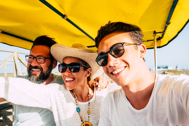 Joyeuse famille heureuse s'amuser ensemble dans des activités de loisirs en plein air en riant et en souriant
