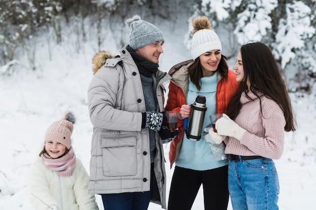 Joyeuse famille parlant dans la nature