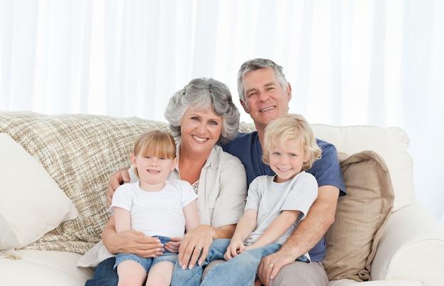 Joyeuse famille en regardant la caméra