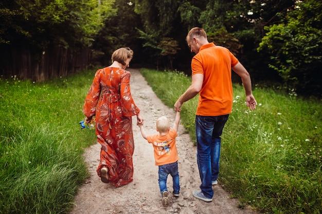 Joyeuse famille se promène le long du chemin