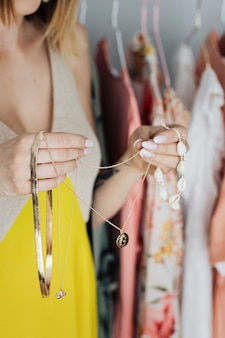 Joyeuse fashionista sélectionnant des bijoux dans un magasin