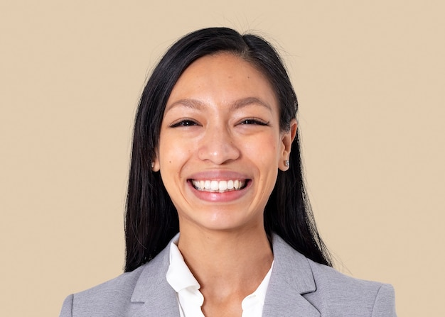 Joyeuse femme d'affaires asiatique maquette psd souriant portrait en gros plan