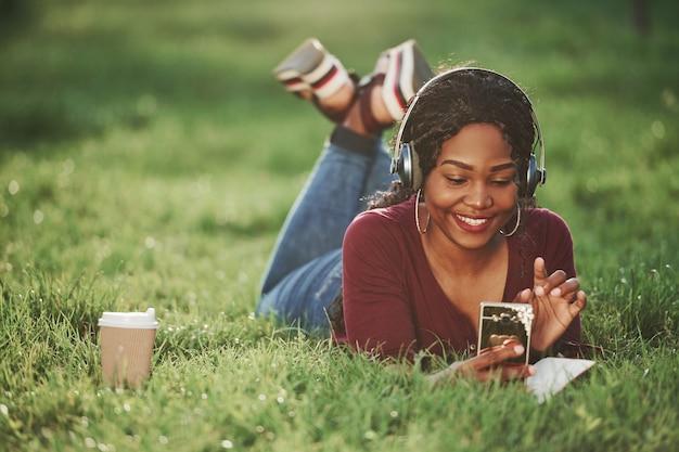 Joyeuse femme afro-américaine dans le parc en été