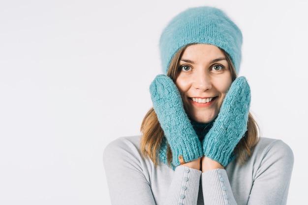 Joyeuse femme au chapeau et mitaines
